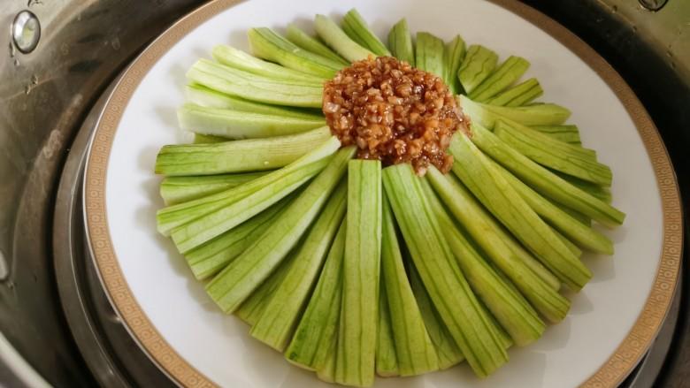 蒜蓉蒸丝瓜,丝瓜上面放上炒好的蒜末,放入蒸锅大火蒸约五六分钟。