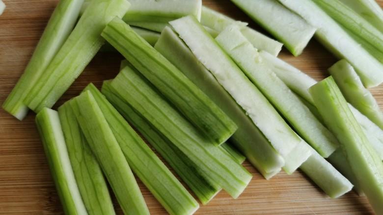 蒜蓉蒸丝瓜,切成大约六七厘米的长条。