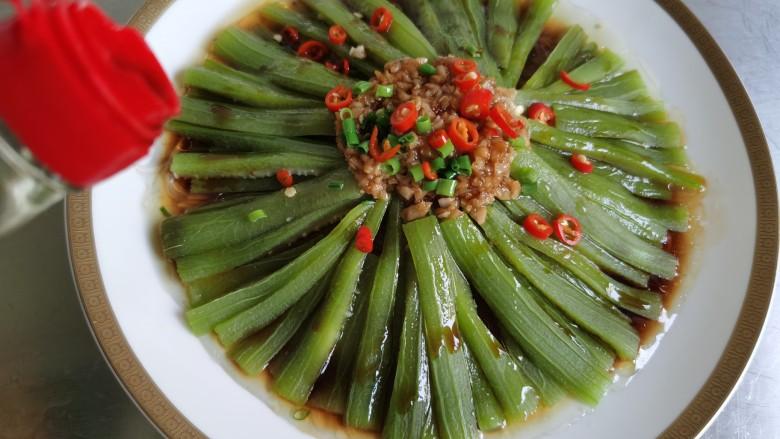 蒜蓉蒸丝瓜,最后再倒一勺蒸鱼豉油在丝瓜上面。