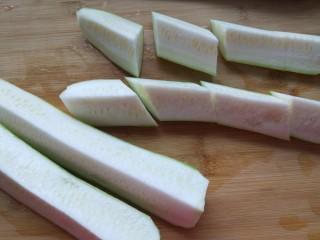 丝瓜蛋汤,切成四条在切成小段。