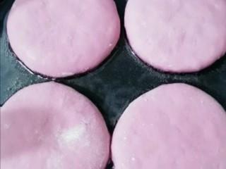 紫薯发面饼,饼铛加入食用油,放入紫薯饼