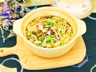 排骨海鲜面砂锅煲