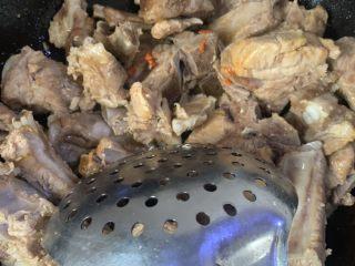 美味红烧排骨,锅里放油