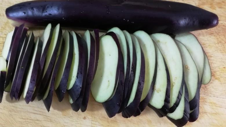 清炒茄丝,茄子洗净,去蒂,斜切成片。