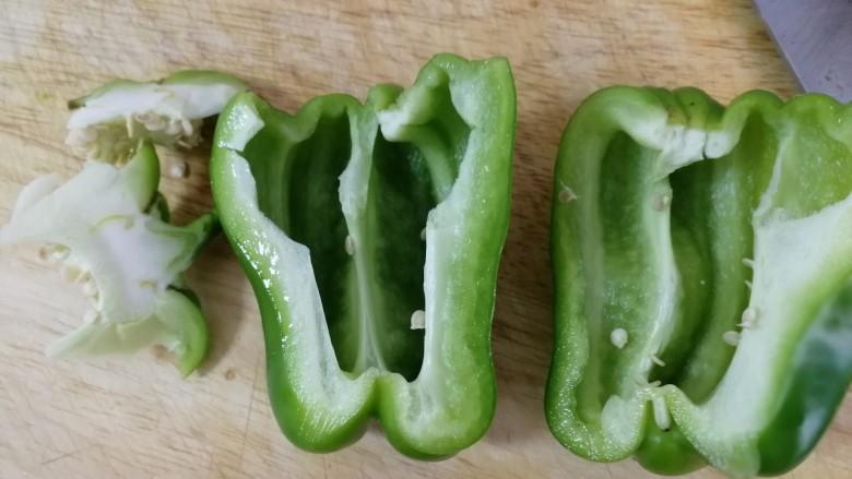 清炒茄丝,青椒洗净去籽。