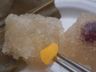 水晶粽子,馅料都快跑出来了,很糯很甜耶,好吃😋