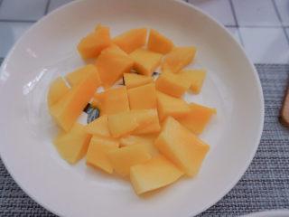 水晶粽子,准备好芒果,切成小块(主要看自己喜欢什么馅料就准备什么水果哦)