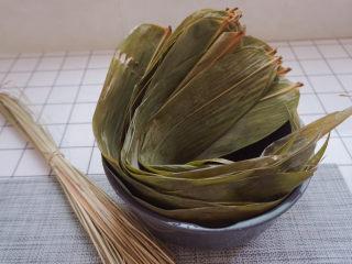 水晶粽子,最重要的是先准备粽叶和绑绳啦(菜市场买的)