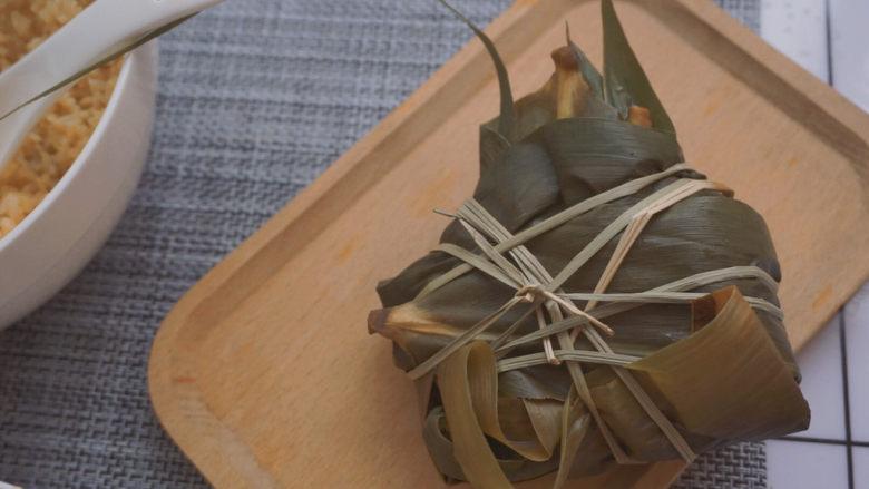 红豆粽子,这样一只红豆粽子就包好啦哈哈哈哈虽然卖相是真的丑