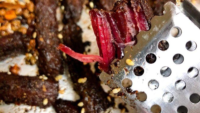 五香牛肉干,这是刚烤30分钟的样子,外面已经酥香酥香的了,里面有明显牛肉干的质感,吃更干一点的朋友可以烤1个小时