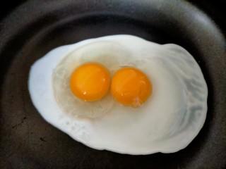 早餐卷饼,鸡蛋磕入锅中开始煎蛋,我用的不粘锅所以没有放油