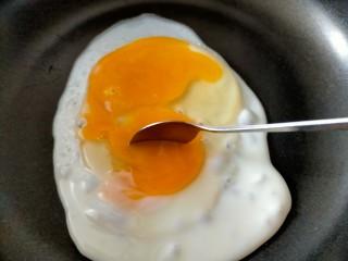 早餐卷饼,蛋黄用勺子打散