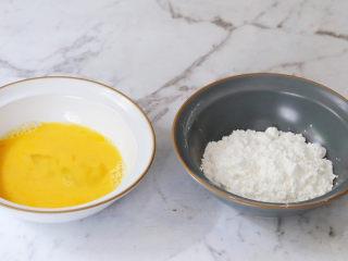煎牛奶,鸡蛋打散,淀粉倒入碗中