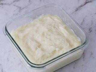 煎牛奶,之后,准备一个容器,将奶糊趁热倒入容器中,表面用硅胶铲子稍微整理一下,放凉后盖上盖子放入冰箱冷藏4小时以上