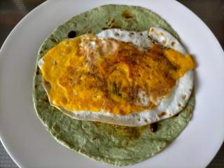 早餐卷饼,铺上煎蛋