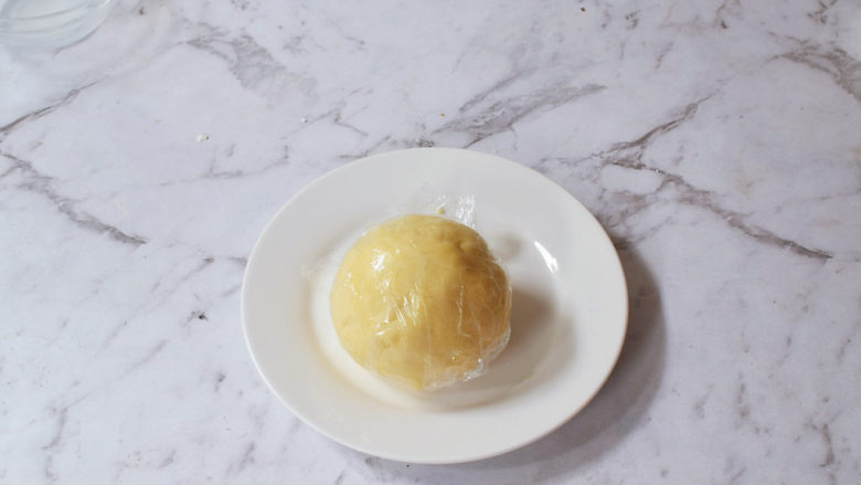 奶香紫薯派,揉成团,包上保鲜膜放入冰箱冷藏20分钟
