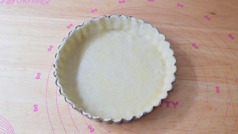 奶香紫薯派,盖上派盘上,去掉多余的面皮