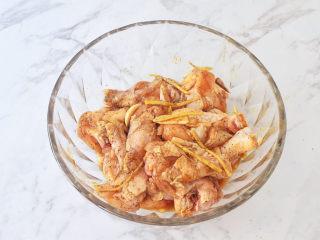 香酥小鸡腿,抓匀腌制2小时以上,有时间的话最好放入冰箱冷藏腌制一夜