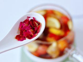 玫瑰水果小种红茶,最后撒上玫瑰花瓣。
