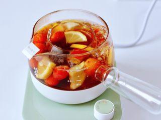 玫瑰水果小种红茶,看见汤汁浓郁,色泽红润的时候。