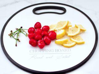 玫瑰水果小种红茶,樱桃洗净后去蒂,柠檬切成小片。