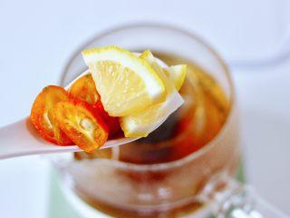 玫瑰水果小种红茶,加入金桔和柠檬片。