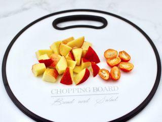 玫瑰水果小种红茶,油桃洗净后去核切成小块,金桔对半切开。