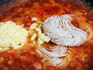 西红柿鸡蛋面,等水煮开后放入面条和鸡蛋碎
