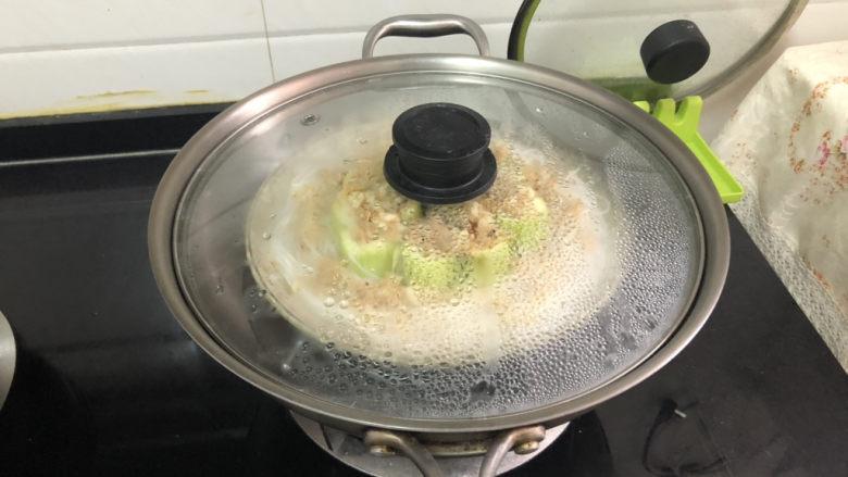 蒜蓉蒸丝瓜➕蒜蓉粉丝蒸丝瓜,坐锅烧水,水开,放入盘子,中大火蒸8分钟,即可