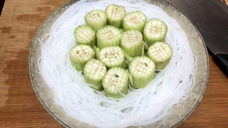 蒜蓉蒸丝瓜➕蒜蓉粉丝蒸丝瓜,泡发好的粉丝捞起沥水,摆盘。可以将粉丝用刀切断,方便食用时夹取
