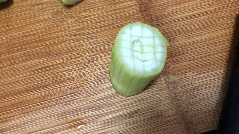 蒜蓉蒸丝瓜➕蒜蓉粉丝蒸丝瓜,在丝瓜一头切井字格,用手将丝瓜瓤按下去一些成一头凹陷