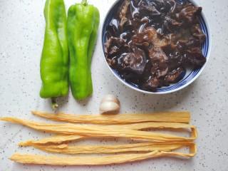 腐竹炒木耳,首先我们准备好所有食材