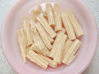 腐竹炒木耳,腐竹需提前四小时泡发