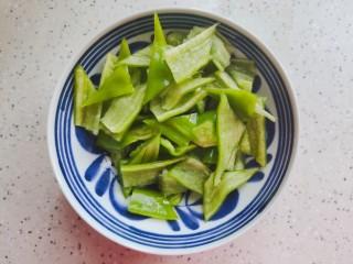 腐竹炒木耳,青椒去蒂去籽,洗净之后改刀切小块