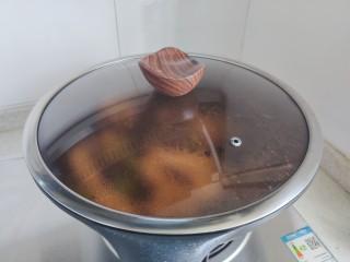 腐竹炒木耳,盖上锅盖,转中小火焖煮2.3分钟