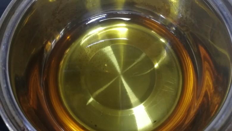 炸胡萝卜丸子,小锅里倒入适量油。