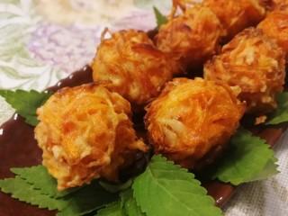 炸胡萝卜丸子,外焦里嫩,自带淡淡的甜味。
