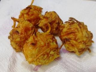 炸胡萝卜丸子,夹出放在厨房纸上吸油。