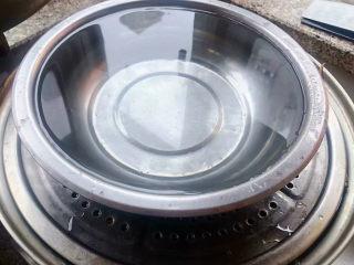 红豆粽子,最后盖上锅壁一大盆水压住盖上锅盖大火煮一小时改中火煮三十分钟改成特小的小火焖一晚上即可