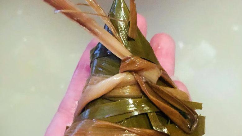 红豆粽子,可爱的糯米红豆粽就包好了