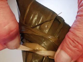 红豆粽子,用马莲缠住系紧这一步非常重要入锅系不紧在蒸的时候粽子会散开