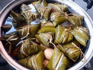 红豆粽子,在上面摆好粽子添加适量清水鸡蛋和粽子一起煮味道棒极了