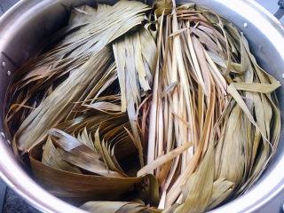 红豆粽子,蒸好的粽叶和马莲变色后也变软稍微晾凉