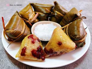 红豆粽子,煮好的红豆糯米粽去掉粽叶搭配白糖看着就好有食欲