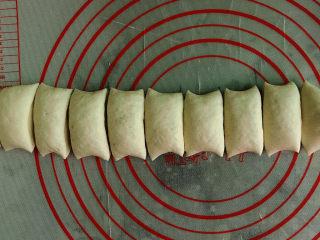 小葱肉包子,排气后分成若干小剂子