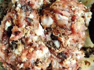 小葱肉包子,将猪肉剁成碎末,放入老抽、盐拌匀