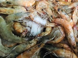 彩椒椒盐虾,放盐