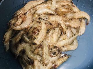 彩椒椒盐虾,虾冲洗干净,有时间可以剪去虾须