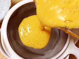 南瓜布丁,将蛋液过滤一下,倒入碗中。