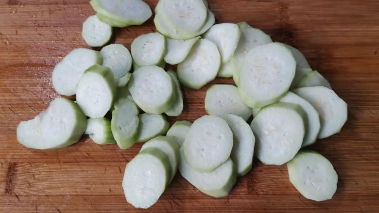丝瓜蛋汤,切成片,可以稍微厚一点,不要切的太薄,煮熟以后会容易破。